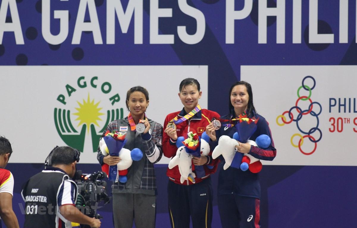 Ánh Viên (giữa) trên bục nhận huy chương. (Ảnh: Vietnam+)