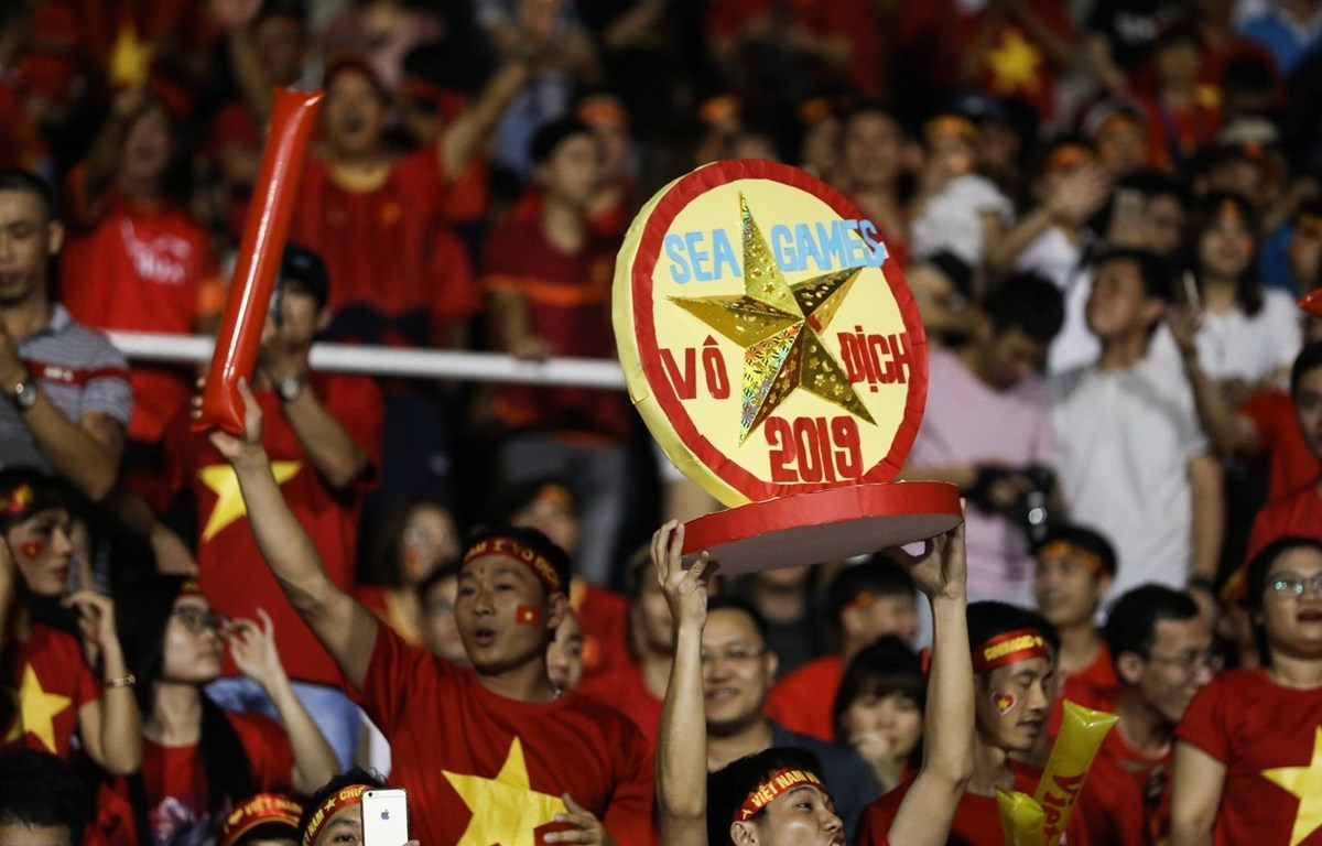 Cổ động viên cổ vũ cho U22 Việt Nam tại Philipines. (Ảnh: Hoàng Linh/TTXVN)