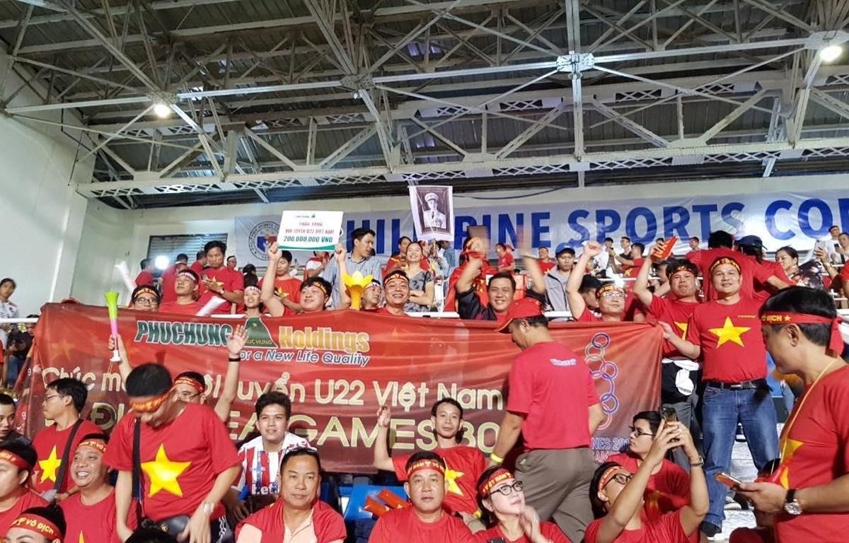 Hình ảnh đoàn cổ động viên của Phuchung Holding tại sân Rizal Memorial -sân vận động quốc gia của Philippines trong khu liên hợp thể thao Rizal, tại thủ đô Manila( Ảnh: CTV)