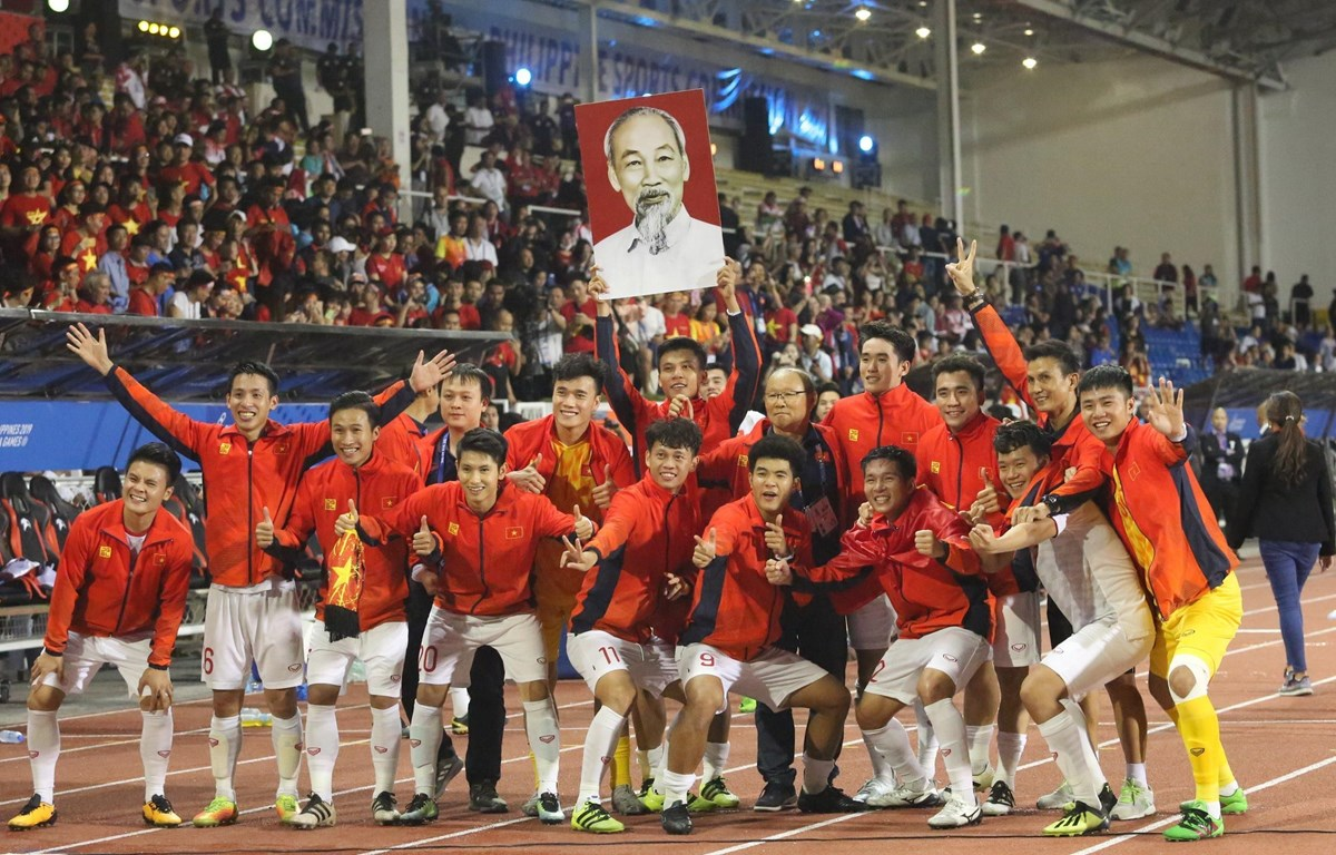 Đội U22 Việt Nam ăn mừng chiếc HCV Sea Games lịch sử. (Ảnh: Hoàng Linh/TTXVN)