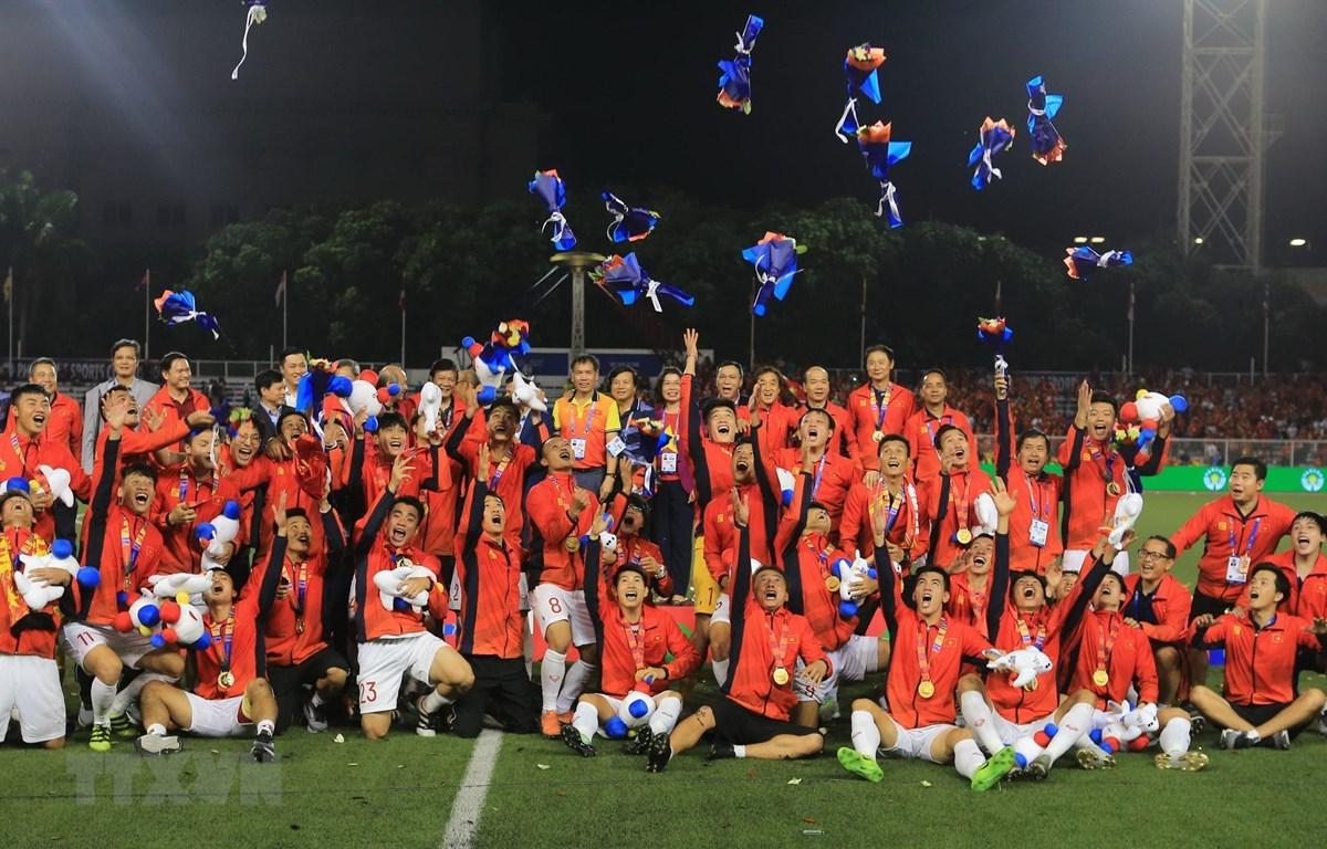 Đội U22 Việt Nam nhận tấm huy chương Vàng lịch sử tại Sea Games. (Ảnh: Hoàng Linh/TTXVN)