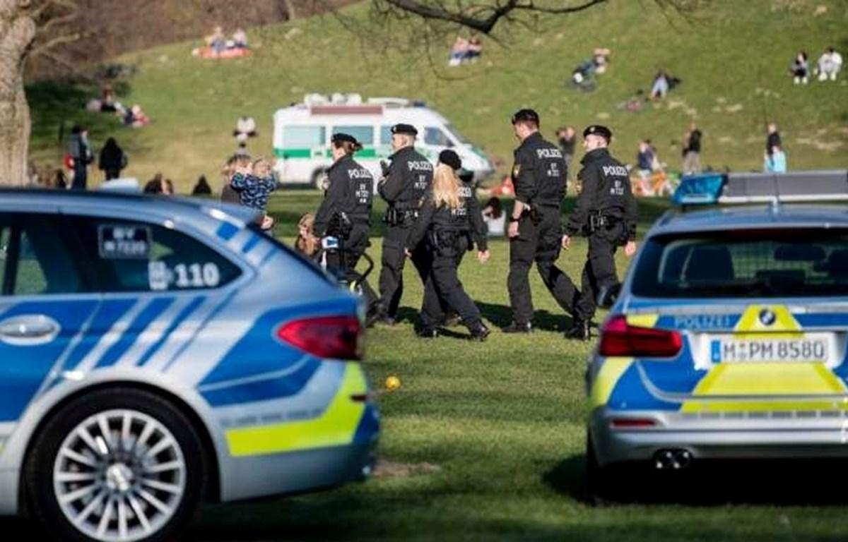 Cảnh sát giải tán thanh niên tụ tập ngoài công viên. (Nguồn: DPA)