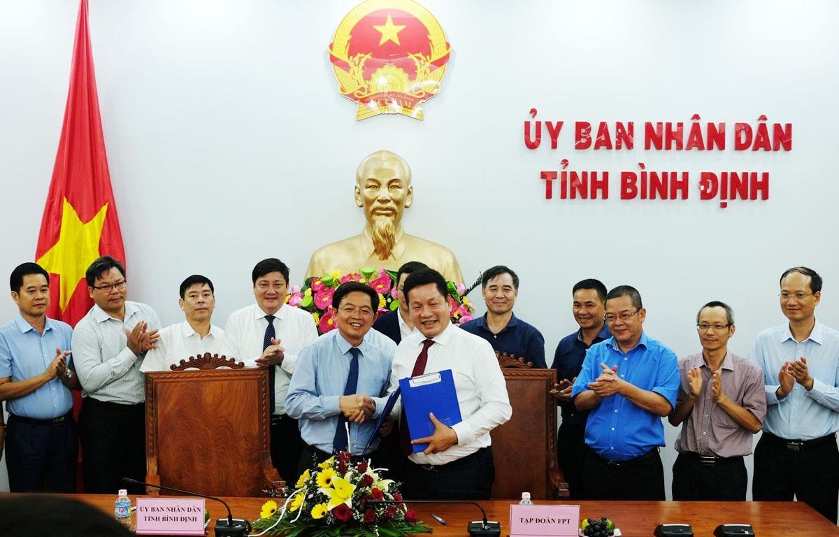 Tỉnh Bình Định trao quyết định chấp thuận chủ trương đầu tư Tổ hợp giáo dục - Trí tuệ nhân tạo cho FPT. (Nguồn: FPT)