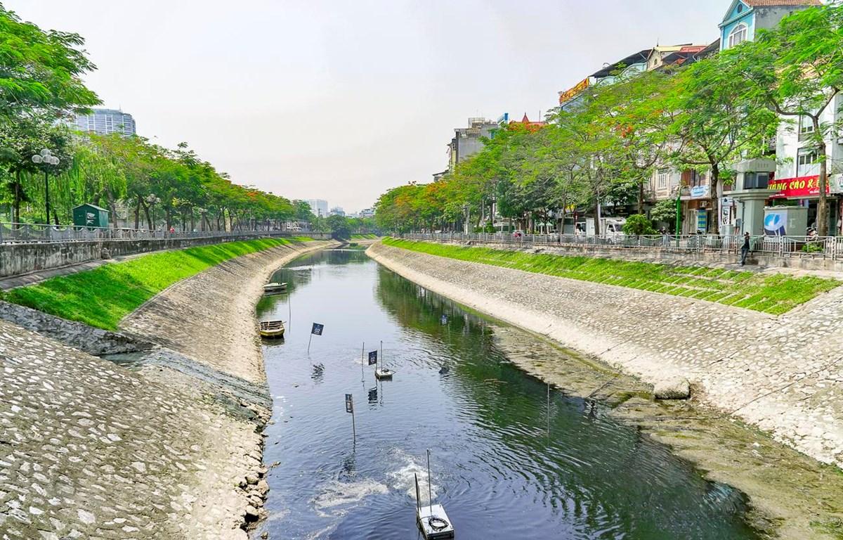Đoạn sông Tô lịch gần đường Hoàng Quốc Việt, quận Cầu Giấy, Hà Nội được thí điểm xử lý ô nhiễm bằng công nghệ Nano Bioreactor. (Ảnh: Minh Hiếu/Vietnam+)