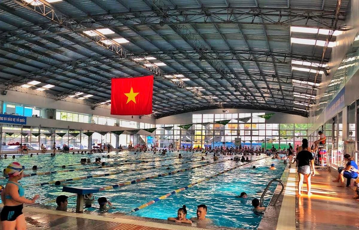 """Bể bơi là một điểm """"giải nhiệt"""" an toàn của đa số người dân. (Ảnh: Minh Hiếu/Vietnam+)"""