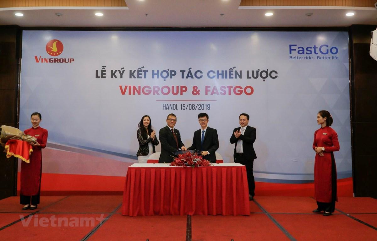 Phó Tổng giám đốc Tập đoàn Vingroup Võ Quang Huệ và ông Nguyễn Hữu Tuất, Chủ tịch Hội đồng quản trị Công ty Cổ phần FastGo, bắt tay trong lễ ký kết thỏa thuận chiến lược. (Ảnh: Minh Hiếu/Vietnam+)