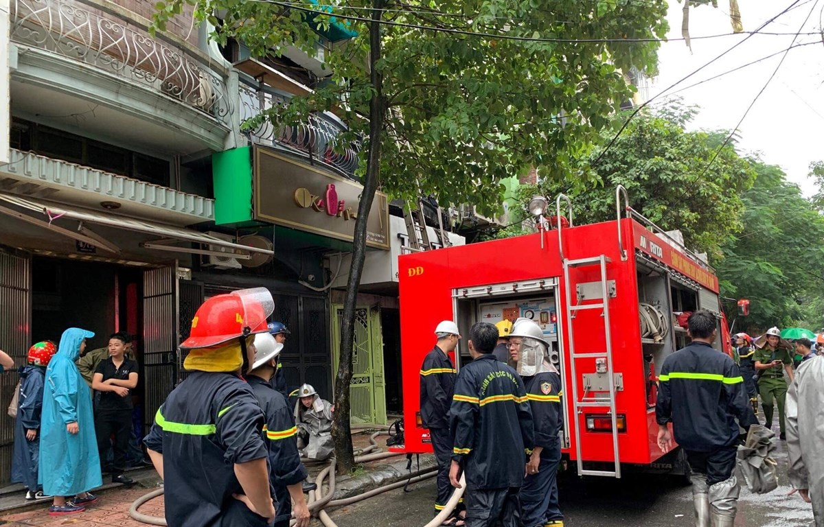Lực lượng Cảnh sát Phòng cháy chữa cháy đã khống chế, dập tắt đám cháy và cứu hộ thành công 3 nạn nhân trong vụ hỏa hoạn shop quần áo có địa chỉ số 8, ngõ 12, phố Núi Trúc, phường Giảng Võ, Ba Đình, Hà Nội. (Ảnh: PV/Vietnam+)