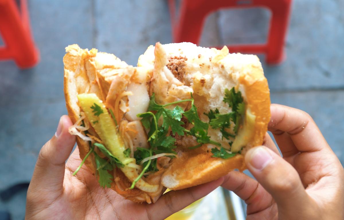 Bánh mỳ kẹp là món ăn đường phố ưa thích của người dân Thủ đô bởi mùi vị ngon hòa quyện của nó. (Ảnh: Minh Hiếu/Vietnam+)