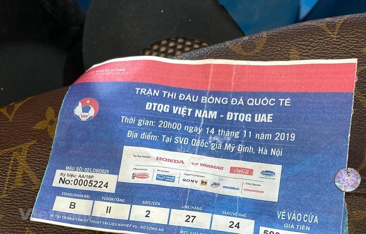Vé bóng đá giả có thể dễ dàng lọt qua cổng soát vé một cách dễ dàng. (Ảnh: Vietnam+)