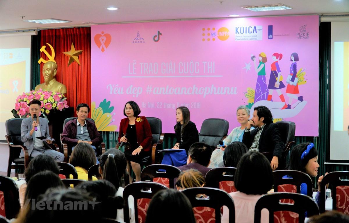 """Cuộc thi """"Yêu đẹp – An toàn cho Phụ nữ"""" nhắm đến việc cung cấp các kiến thức cơ bản về bạo lực tình dục, cụ thể như nhận diện hành vi bạo lực tình dục, cách ứng phó và hành động trước vấn đề này. (Ảnh: Minh Hiếu/Vietnam+)"""