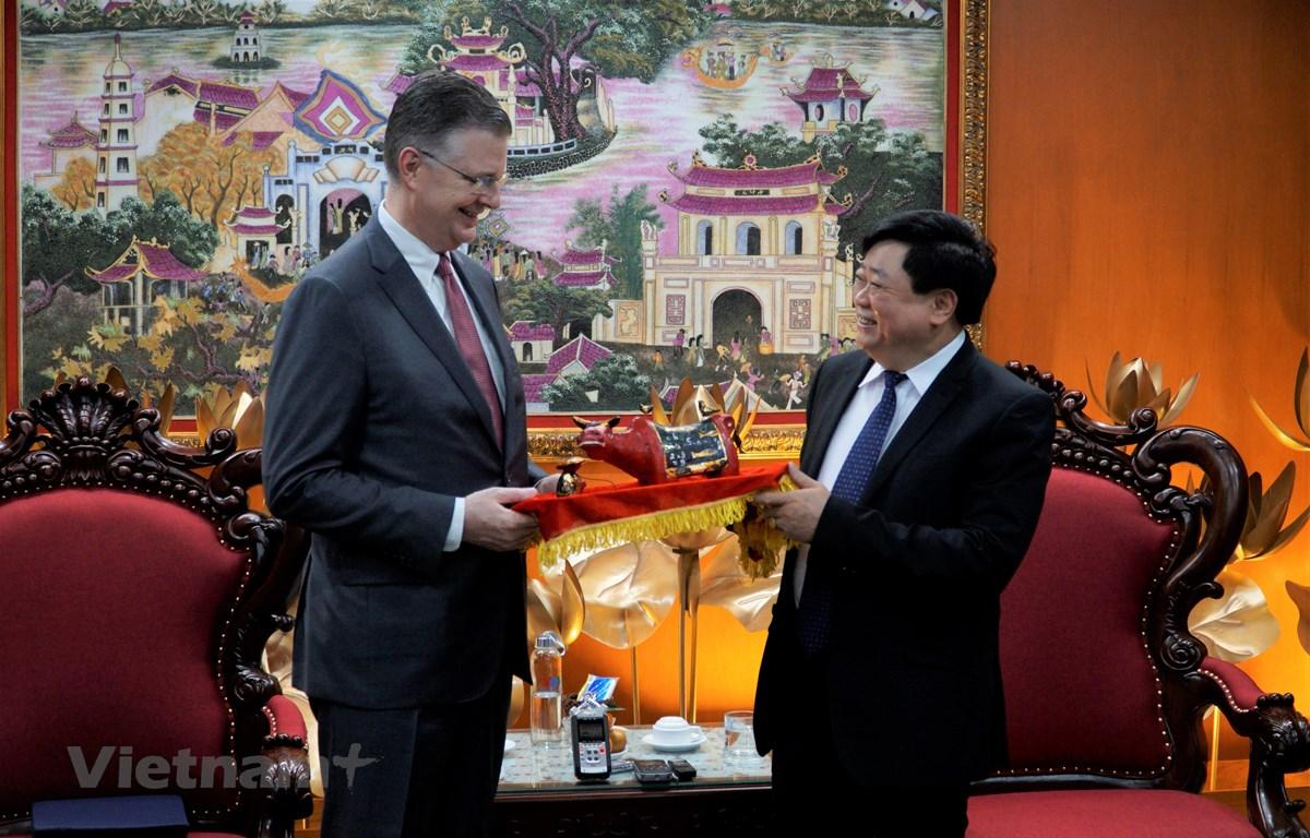 Tổng giám đốc Đài Tiếng nói Việt Nam Nguyễn Thế Kỷ trao quà tặng kỷ niệm tới Đại sứ Mỹ tại Việt Nam Daniel J. Kritenbrink nhân dịp ông có chuyến thăm đến đơn vị này. (Ảnh: Minh Hiếu/Vietnam+)
