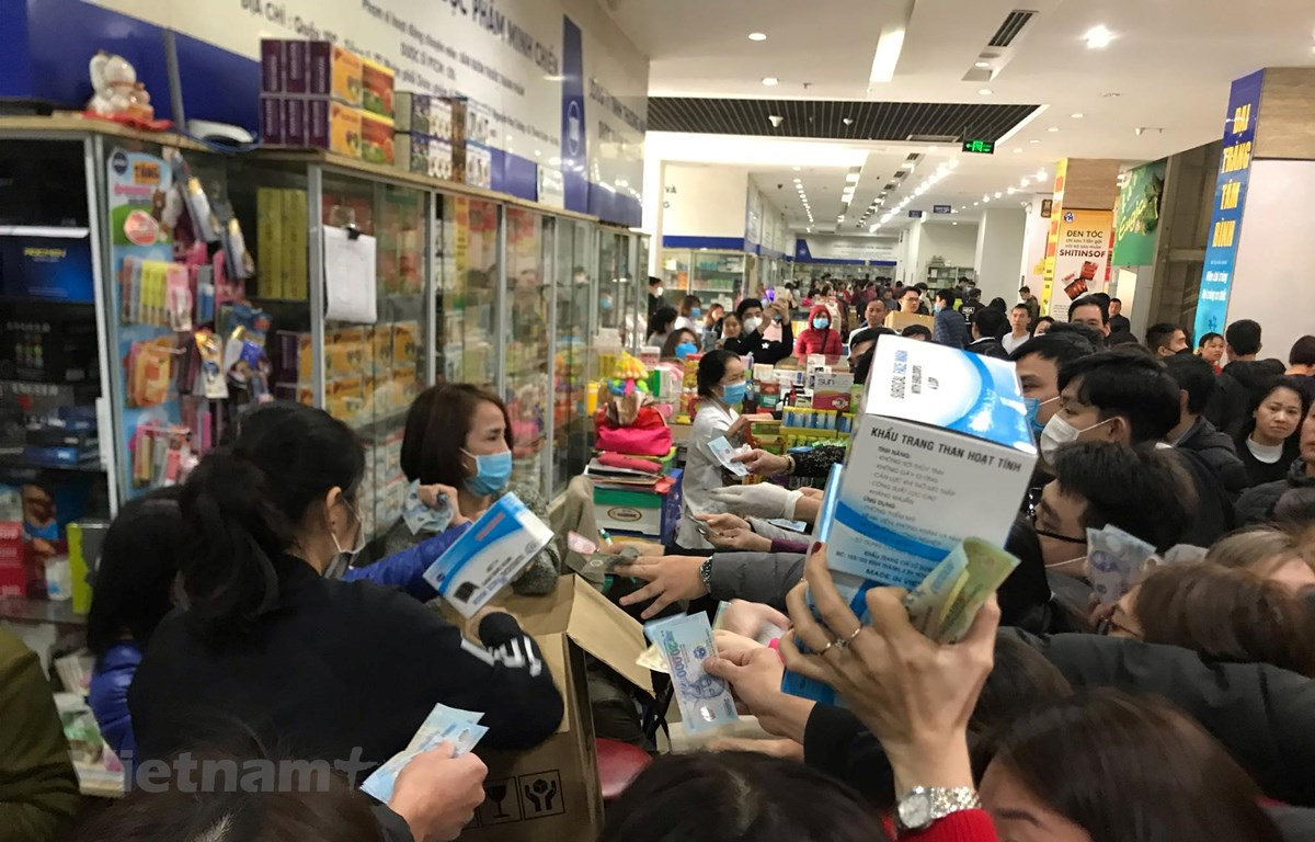 Kinh hoàng cảnh tượng chen lấn, tranh giành nhau mua hộp khẩu trang ở chợ thuốc Hapulico, Thanh Xuân, Hà Nội. (Ảnh: Sơn Bách/Vietnam+)