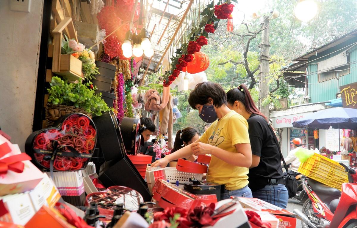 Khách hàng đang mua sắm quà tặng dịp Lễ tình nhân. (Ảnh: PV/Vietnam+)