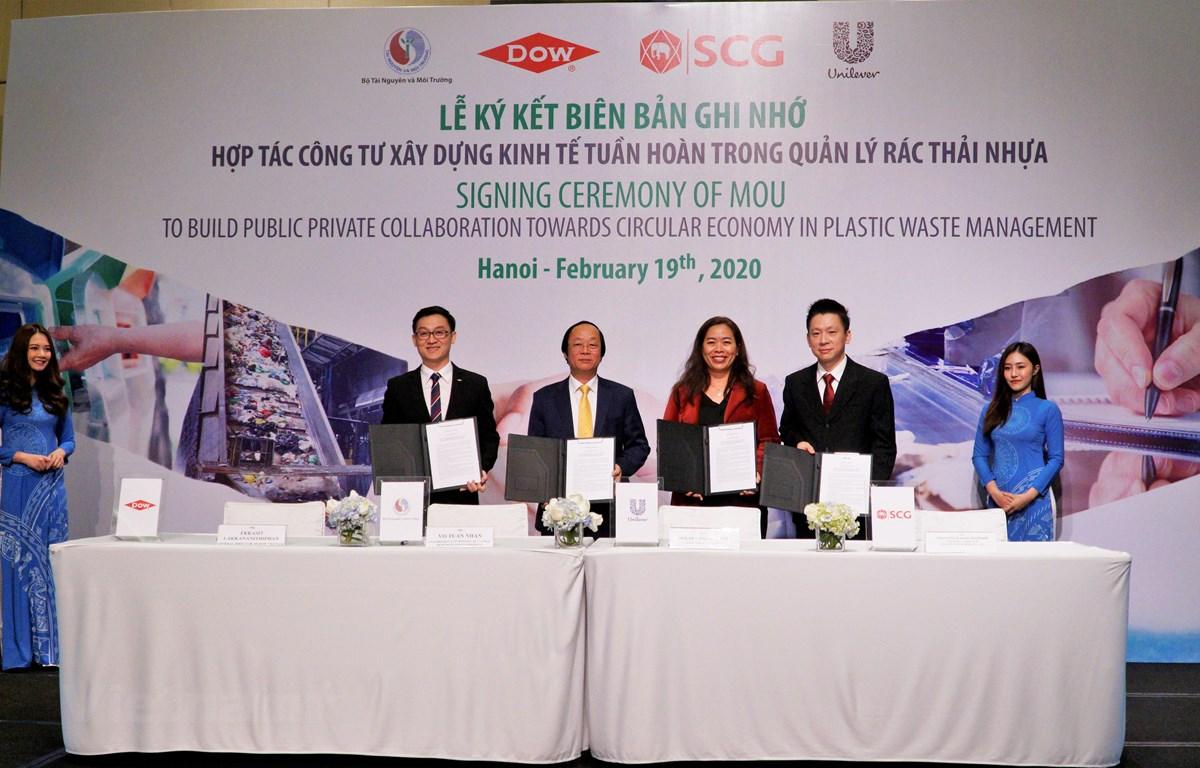 Thứ trưởng Bộ Tài Nguyên và Môi trường Võ Tuấn Nhân (thứ 2 từ trái sang) và đại diện các doanh nghiệp tham gia lễ ký kết ngày hôm nay. (Ảnh: PV/Vietnam+)
