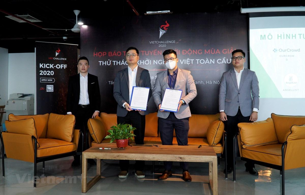 Buổi lễ ký biên bản ghi nhớ Cuộc thi khởi nghiệp dành cho người Việt trên toàn cầu VietChallenge 2020. (Ảnh: Minh Hiếu/Vietnam+)