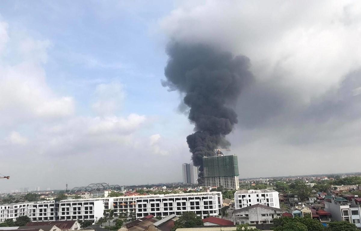 Cháy lớn với cột khói cao hàng chục mét. (Ảnh: PV/Vietnam+)