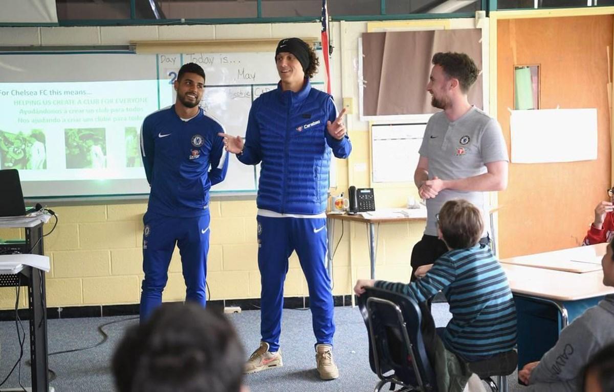 Các cầu thủ Chelsea đến thăm trường học ở Boston. (Nguồn: Chelsea FC)