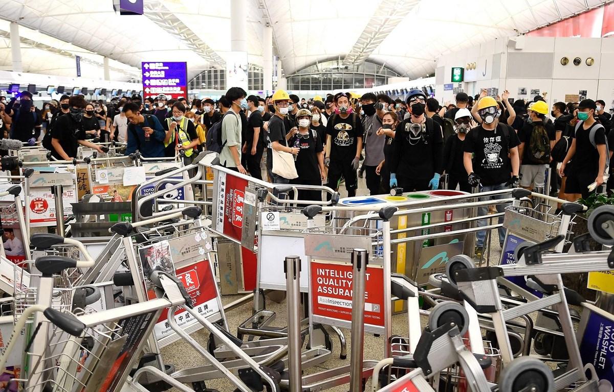 Người biểu tình tập trung tại sân bay quốc tế Hong Kong, Trung Quốc. (Ảnh: AFP/ TTXVN)