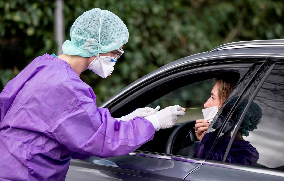 Nhân viên y tế lấy mẫu dịch từ người dân để xét nghiệm sàng lọc COVID-19 tại Gross-Gerau, Đức ngày 9/3/2020. (Ảnh: AFP/TTXVN)