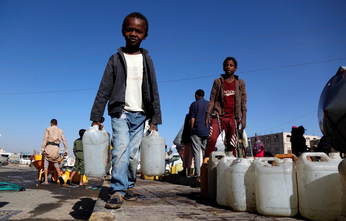 Trẻ em xếp hàng lấy nước sạch từ nguồn viện trợ tại thủ đô Sanaa, Yemen ngày 22/10/2019. (Ảnh: THX/TTXVN)