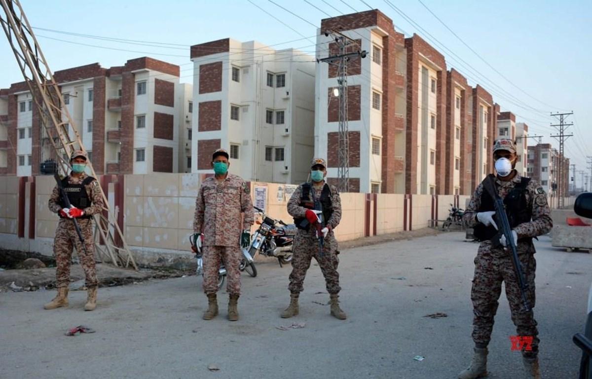 Binh sỹ Pakistan đứng gác tại một tòa nhà bị cách ly ở Sukkar. (Ảnh: PTI)