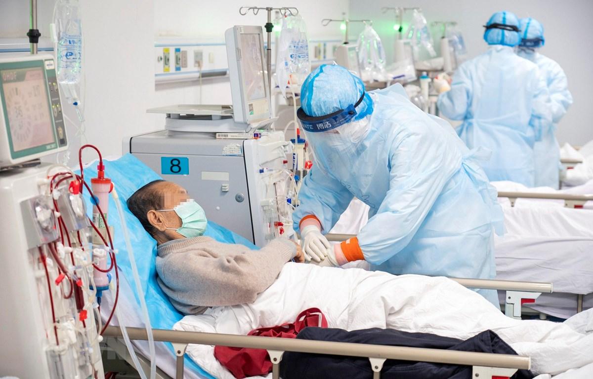 Nhân viên y tế điều trị bệnh nhân nhiễm COVID-19 tại bệnh viện ở Vũ Hán, tỉnh Hồ Bắc, Trung Quốc, ngày 21/3/2020. (Ảnh: THX/TTXVN)
