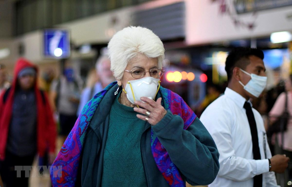 Người dân đeo khẩu trang để phòng tránh lây nhiễm COVID-19 tại Santiago, Chile, ngày 5/3/2020. (Ảnh: THX/TTXVN)