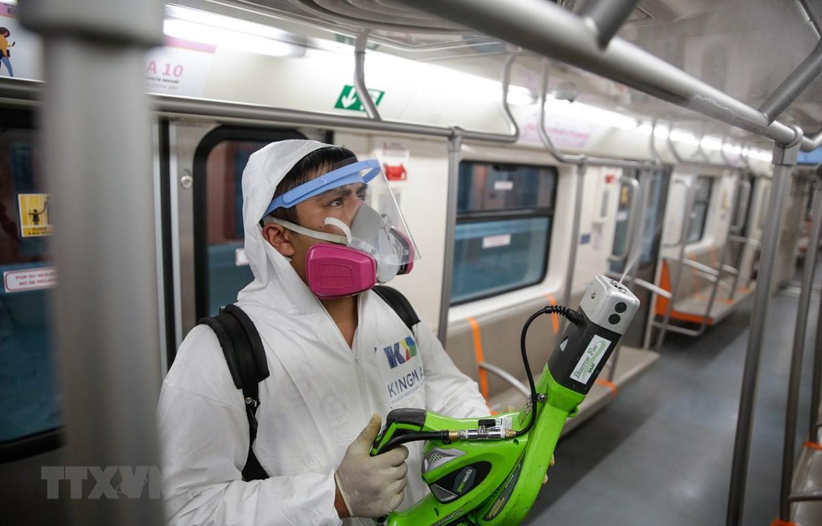 Nhân viên khử trùng tàu điện ngầm ở Mexico City, Mexico nhằm ngăn dịch COVID-19 lây lan ngày 19/3/2020. (Ảnh: THX/TTXVN)