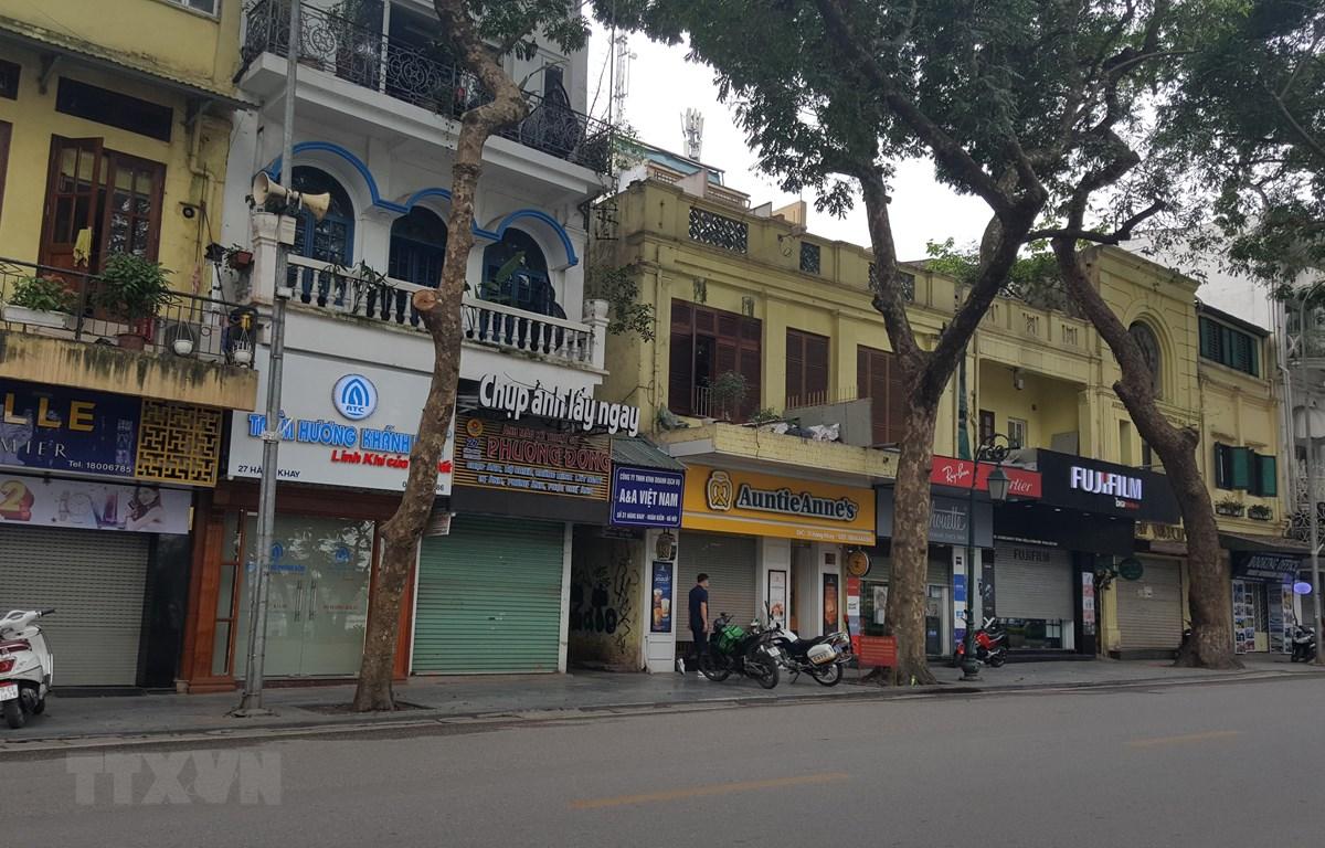 Nhiều cửa hàng trên các đường phố Hà Nội thực hiện nghiêm túc đề nghị ngừng kinh doanh. (Ảnh: Đinh Thuận/TTXVN)