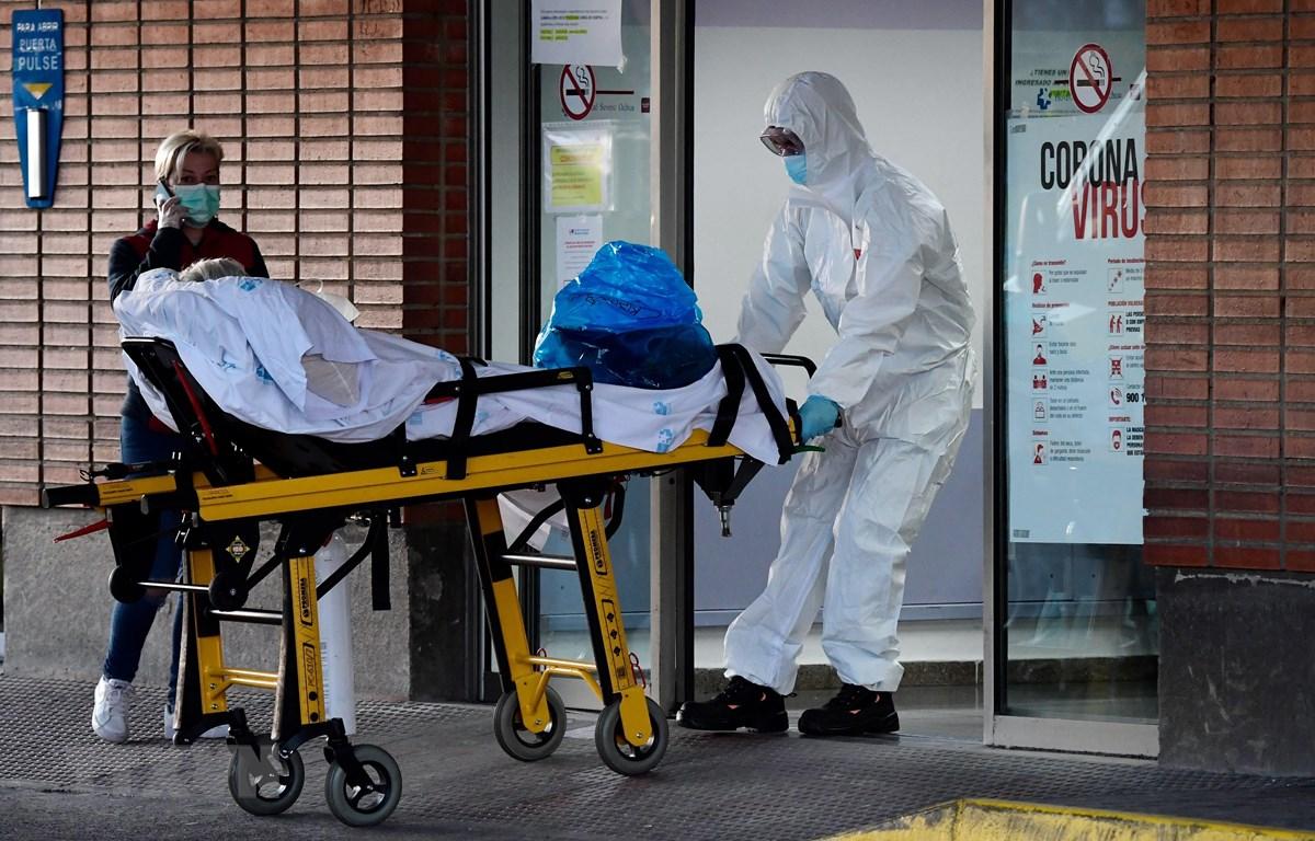 Chuyển bệnh nhân mắc COVID-19 tới bệnh viện Severo Ochoa ở Leganes, Tây Ban Nha ngày 26/3/2020. (Ảnh: AFP/TTXVN)