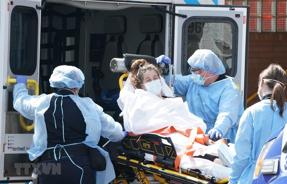 Chuyển bệnh nhân nhiễm COVID-19 tới bệnh viện Wyckoff ở Brooklyn, New York (Mỹ) ngày 5/4/2020. (Ảnh: AFP/TTXVN)
