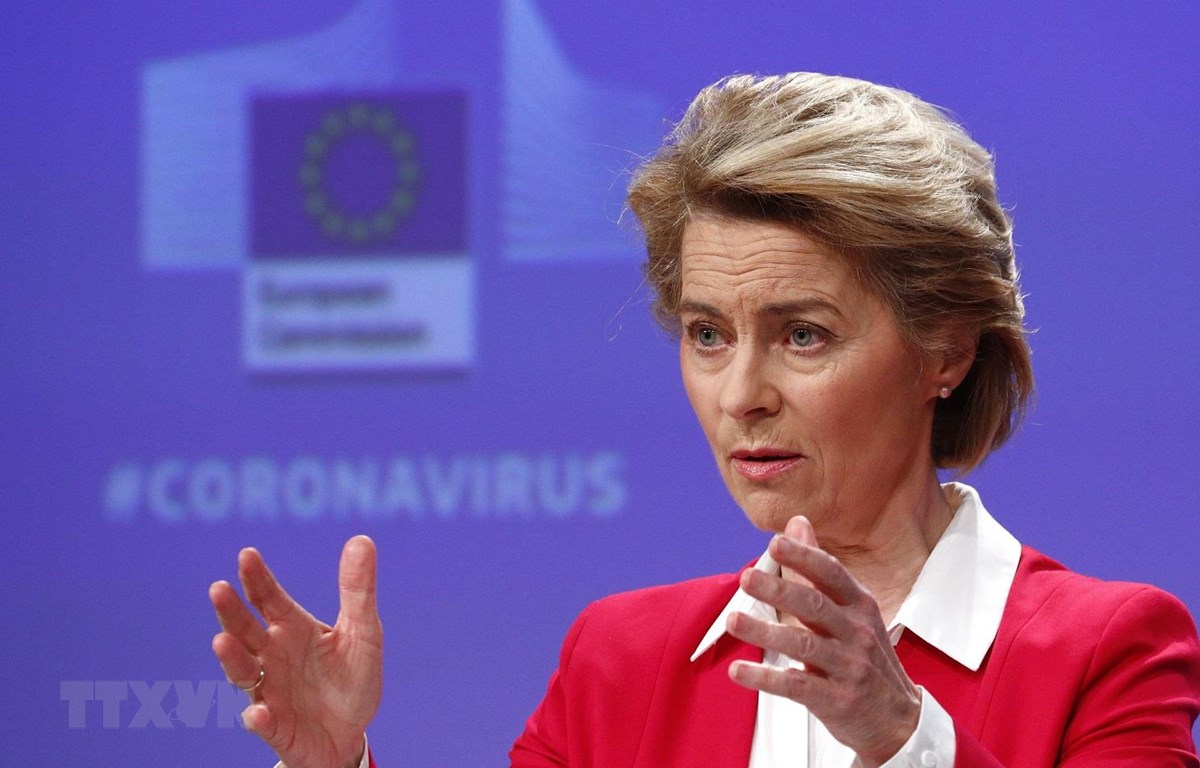 Chủ tịch EC Ursula von der Leyen trong cuộc họp báo về nỗ lực cứu vãn nền kinh tế EU trước ảnh hưởng dịch COVID-19, tại Brussels, Bỉ ngày 2/4/2020. (Ảnh: AFP/TTXVN)