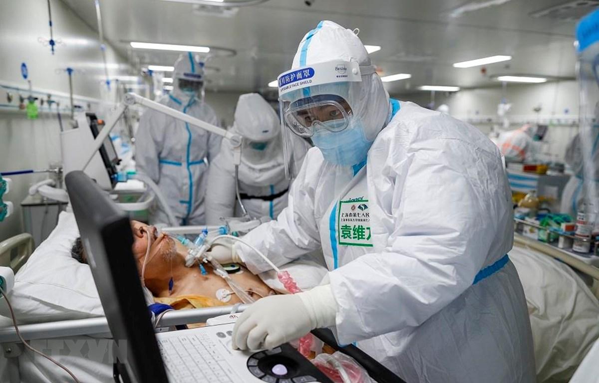 Nhân viên y tế điều trị cho bệnh nhân nhiễm COVID-19 tại bệnh viện ở Vũ Hán, tỉnh Hồ Bắc, Trung Quốc, ngày 1/4/2020. (Ảnh: THX/TTXVN)