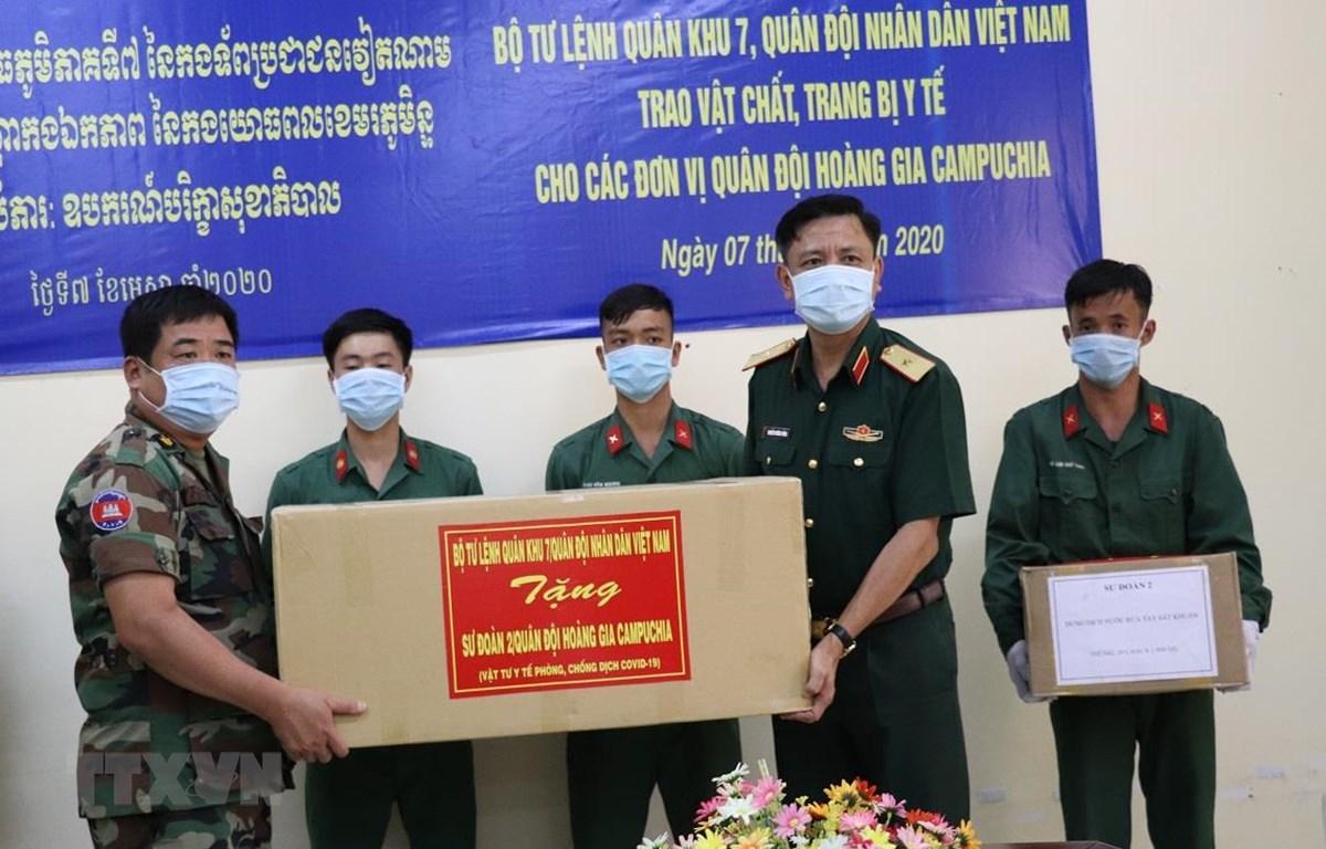 Thiếu tướng Nguyễn Trường Thắng, Phó Tư lệnh Quân khu 7 trao tặng vật tư y tế chống dịch COVID-19 cho Quân khu 4 Quân đội Hoàng gia Campuchia. (Ảnh: Lê Đức Hoảnh/TTXVN)