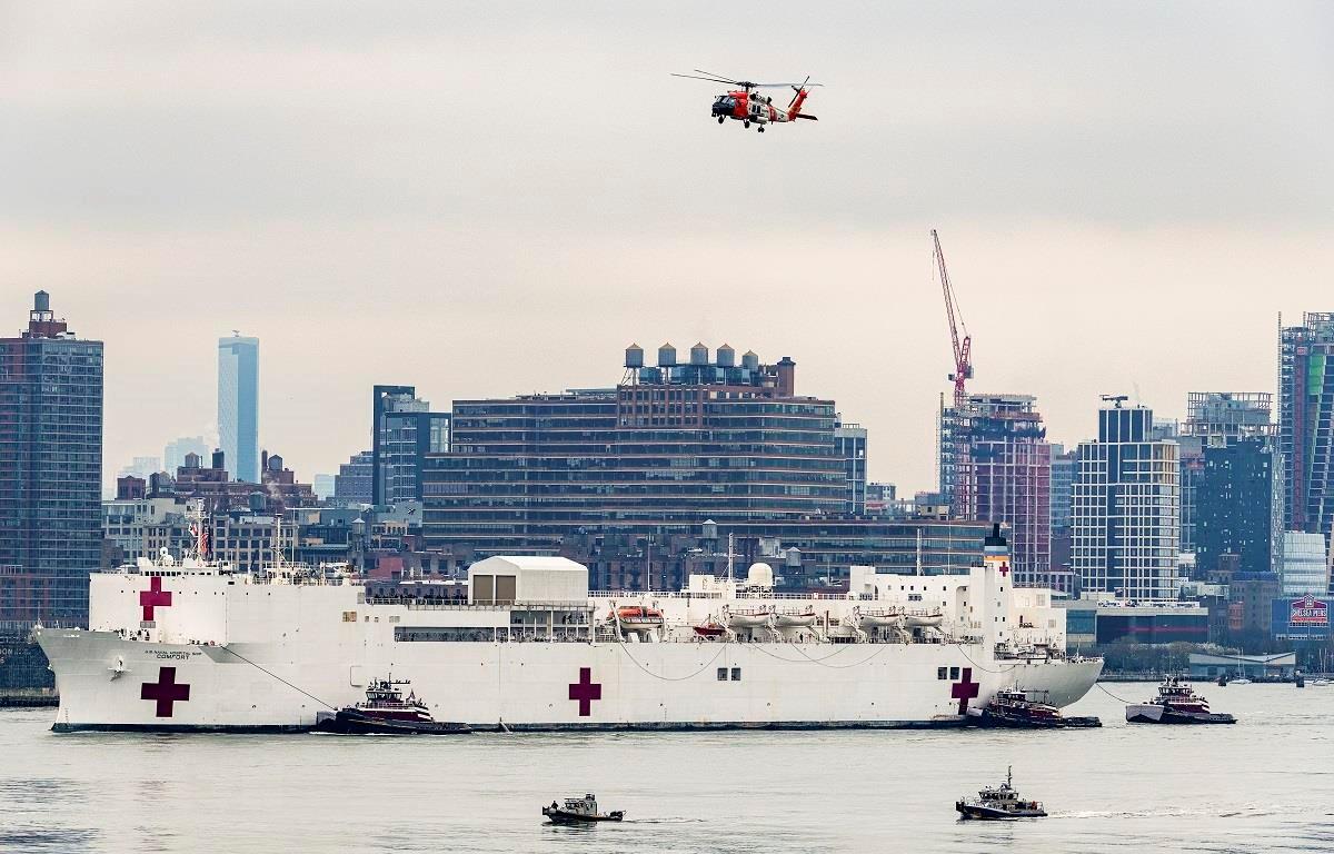 àu bệnh viện USNS Comfort cập cảng Manhattan, New York, Mỹ ngày 30/3/2020. (Ảnh: THX/TTXVN)