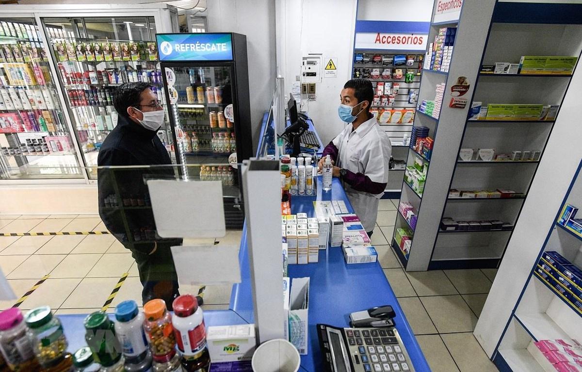 Người dân mua thuốc tại hiệu thuốc ở Santiago, Chile, ngày 7/4/2020 trong bối cảnh dịch COVID-19 lan rộng. (Ảnh: THX/TTXVN)