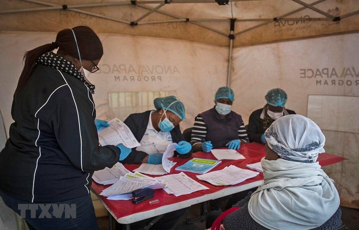 Nhân viên y tế lấy mẫu xét nghiệm COVID-19 tại Johannesburg, Nam Phi, ngày 8/4/2020. (Ảnh: THX/TTXVN)