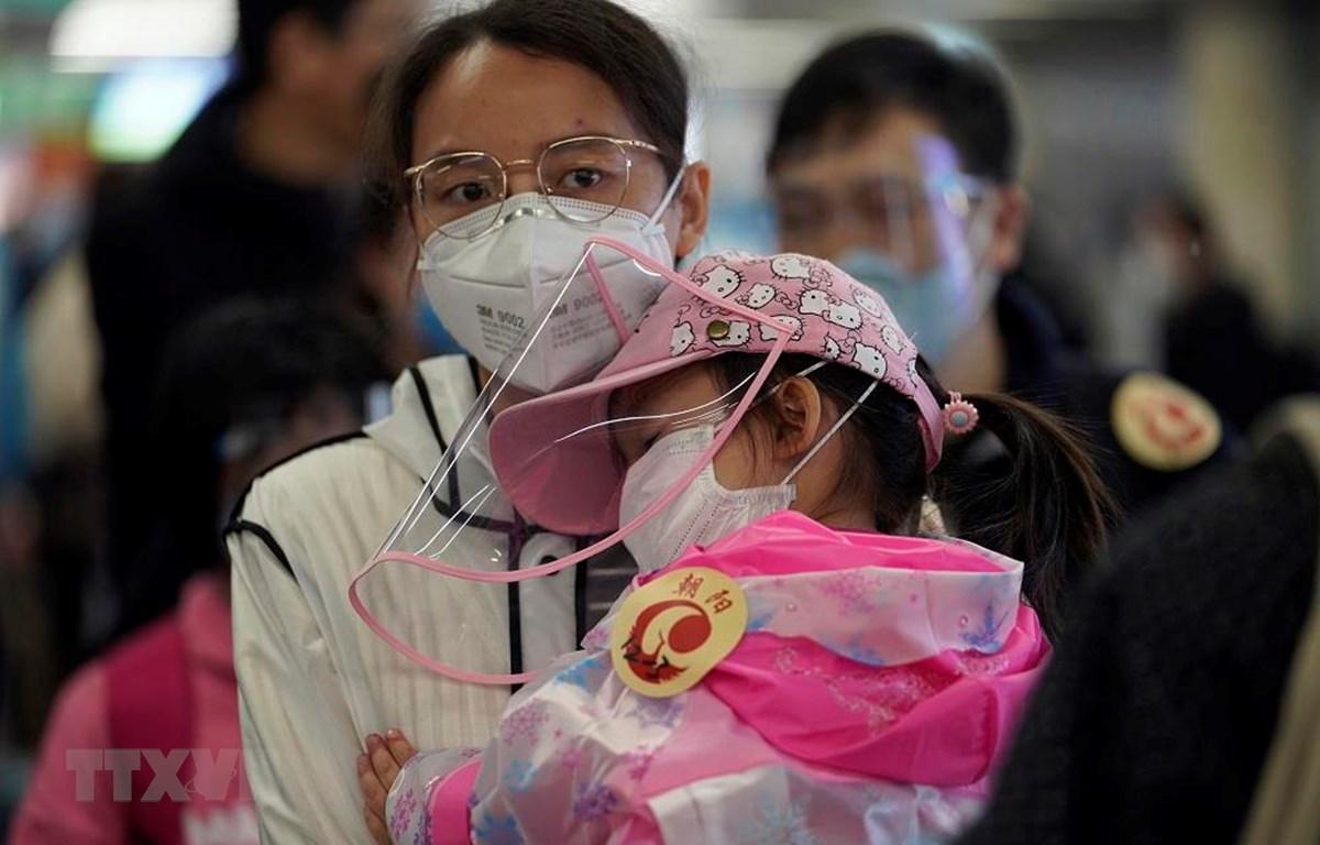 Người dân đeo khẩu trang phòng dịch COVID-19 tại nhà ga đường sắt phía Tây Bắc Kinh, Trung Quốc ngày 8/4/2020. (Ảnh: THX/TTXVN)