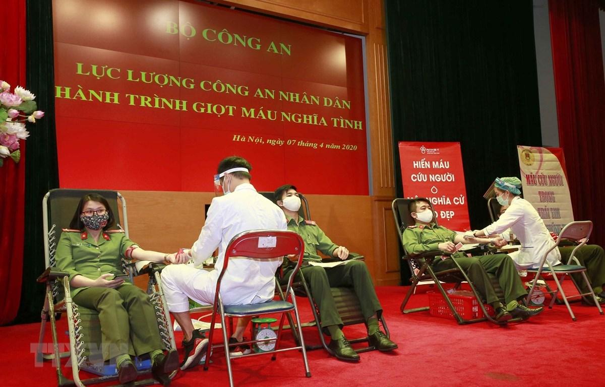 Cán bộ, chiến sỹ Công an các đơn vị tham gia hiến máu tình nguyện. (Ảnh: Doãn Tấn/TTXVN)