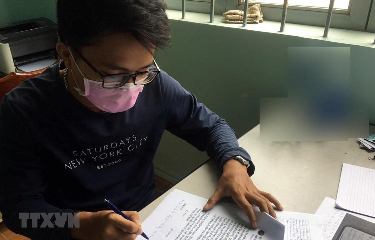 Đối tượng Đinh Vĩnh Sơn thừa nhận tội danh tại cơ quan điều tra. (Ảnh: Chu Quốc Hùng/TTXVN)