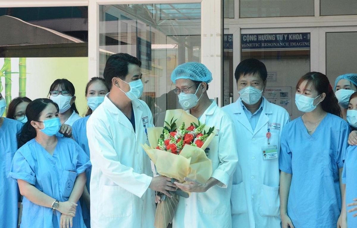 Tặng hoa các y, bác sỹ trực tiếp điều trị bệnh nhân mắc COVID-19 tại bệnh viện Đà Nẵng. (Ảnh: Văn Dũng/TTXVN)
