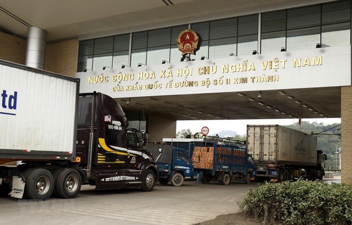 Các xe chờ làm thủ tục xuất khẩu hàng hoá qua cửa khẩu quốc tế đường bộ số II Kim Thành. (Ảnh: Quốc Khánh/TTXVN)
