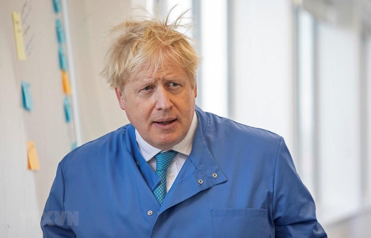 Thủ tướng Anh Boris Johnson thăm phòng thí nghiệm ở London, ngày 6/3/2020. (Ảnh: AFP/TTXVN)