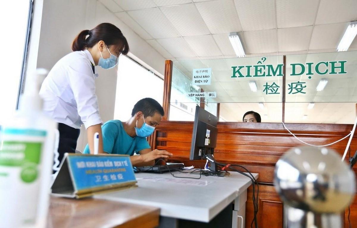 Bàn hướng dẫn khai báo y tế tại cửa khẩu quốc tế Móng Cái. (Ảnh: Minh Quyết/TTXVN)