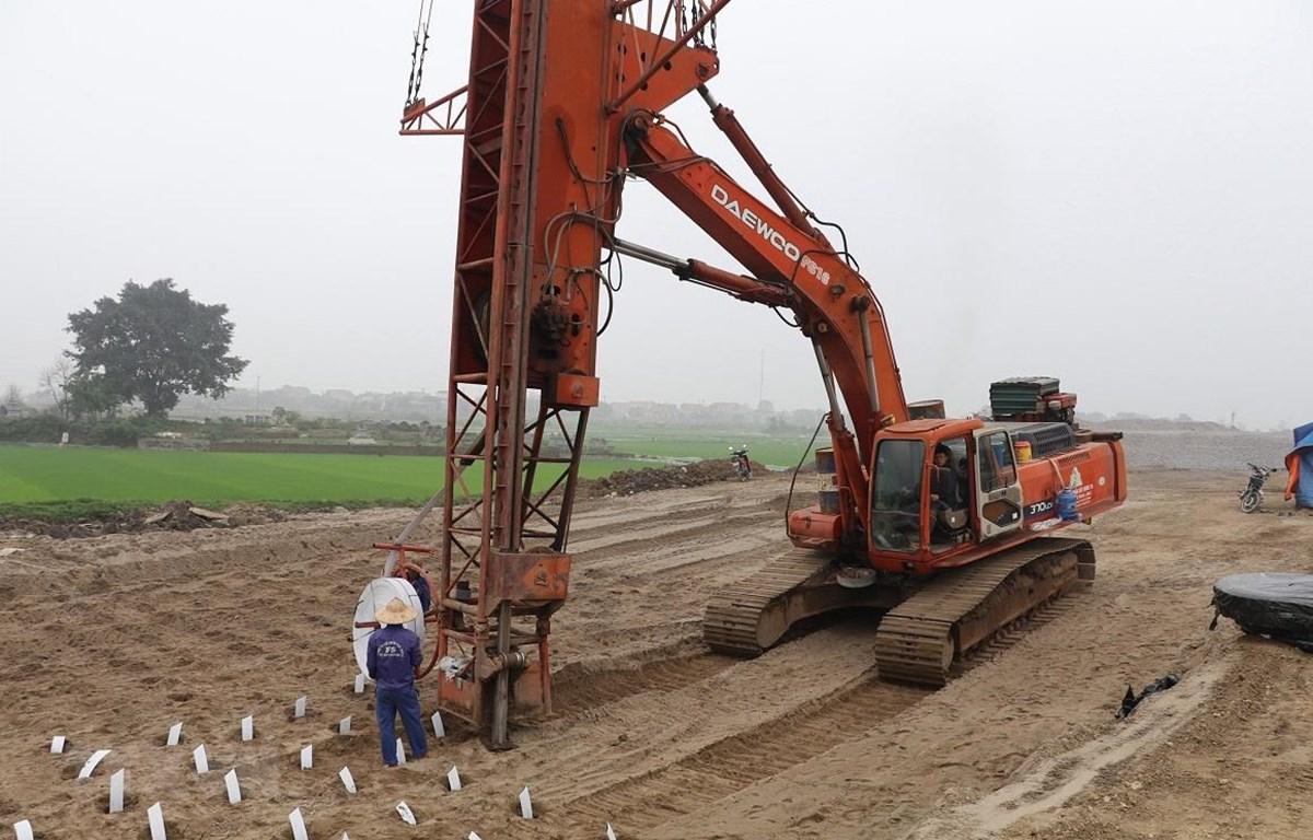 Nhà thầu thi công tại một đoạn trên tuyến cao tốc Bắc-Nam. (Ảnh: Đức Phương/TTXVN)
