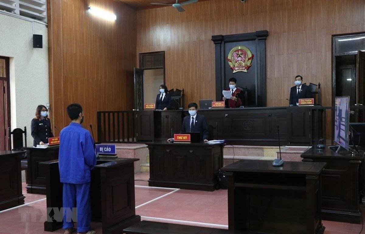 Quang cảnh phiên tòa xét xử vụ án liên quan đến chống người thi hành công vụ trong phòng, chống dịch COVID-19. (Ảnh: Mạnh Minh/TTXVN)