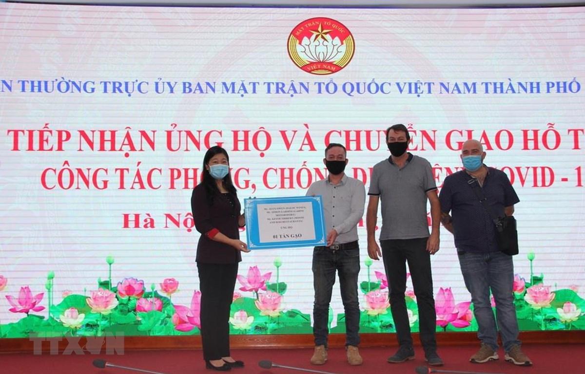 Ủy ban Mặt trận Tổ quốc Việt Nam thành phố Hà Nội tiếp nhận ủng hộ của các nhà hảo tâm. (Ảnh: TTXVN phát)