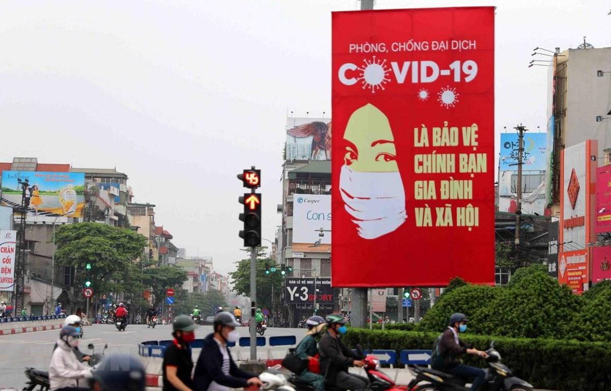 Tranh cổ động tấm lớn được đặt ở các điểm nút giao thông của Hà Nội. (Ảnh: Thanh Tùng/TTXVN)
