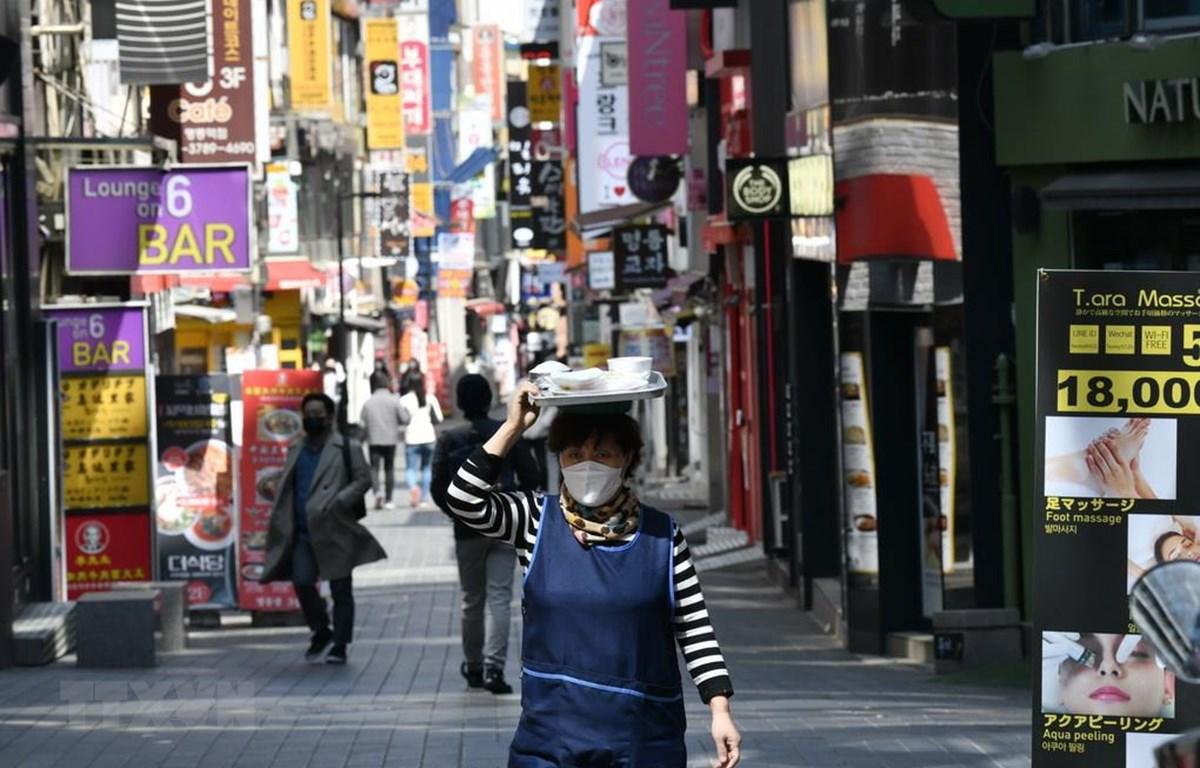 Người dân đeo khẩu trang phòng lây nhiễm COVID-19 tại Seoul, Hàn Quốc, ngày 23/4/2020. (Ảnh: AFP/TTXVN)
