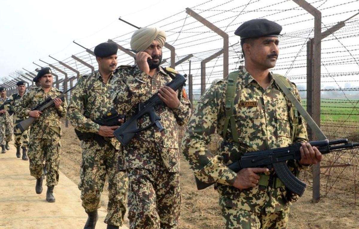Binh sỹ Ấn Độ tuần tra tại hàng rào biên giới với Pakistan. (Nguồn: AFP)
